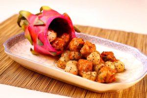 Boulettes de viande frites avec jus d'aubépine et pitahaya