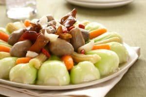 新鲜多汁的中式蔬菜拼盘